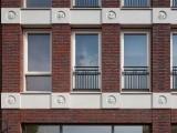 ہالینڈ کی ایک عمارت پر واٹس ایپ کے 22 ایموجی تھری ڈی انداز میں بنائے گئے ہیں۔ فوٹو: بورڈ پانڈا
