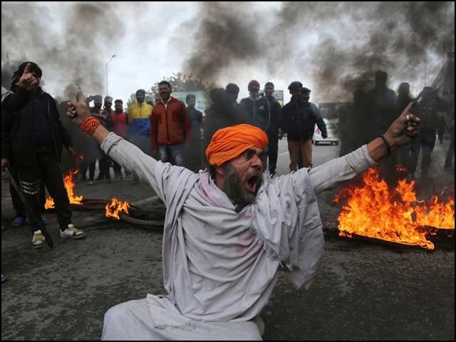 جب یہی فوجی کشمیر میں نہتے لوگوں کا قتل عام کرتے ہیں تو پورے بھارت کا ضمیر نیند کی گولی کھا کر سورہا ہوتا ہے۔ (فوٹو: انٹرنیٹ)