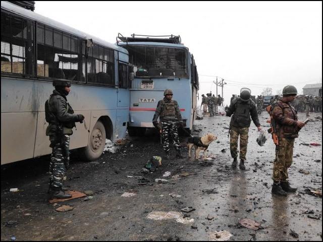 بھارتی فوج کشمیریوں پر مظالم کے نت نئے طریقے تلاش کرتی ہے، اور اپنی ناکامیوں کا ملبہ پاکستان پر ڈال دیتی ہے۔ (فوٹو: نیوز ایجنسیز)