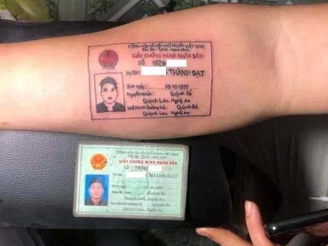 ویت نام کے ایک نوجوان نے اپنا مکمل شناختی کارڈ کلائی پر گدوالیا (فوٹو: اوڈٹی سینٹرل)