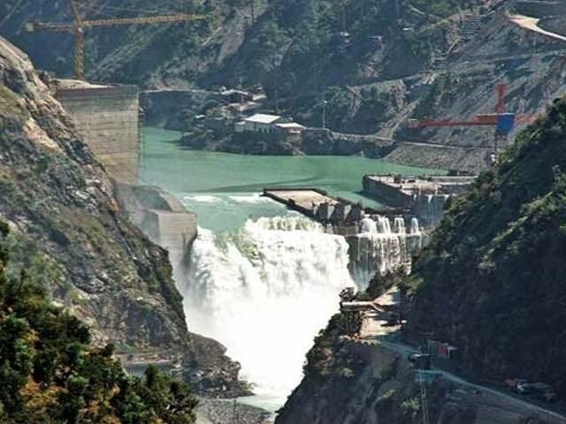 بھارت پاکستان کے دریاؤں کا پانی روکنا چاہتا ہے تو کوشش کرلے اس کے فوری نتائج ملیں گے، وزیر توانائی عمر ایوب ۔ فوٹو : فائل
