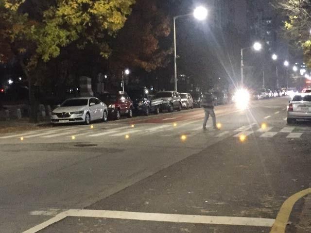 کوریا میں رات کے وقت سڑک عبور کرنے اور ڈرائیوروں کو ایک دوسرے سے خبردار کرنے والا نظام تیارکرلیا گیا ہے۔ فوٹو: کوریا یونیورسٹی