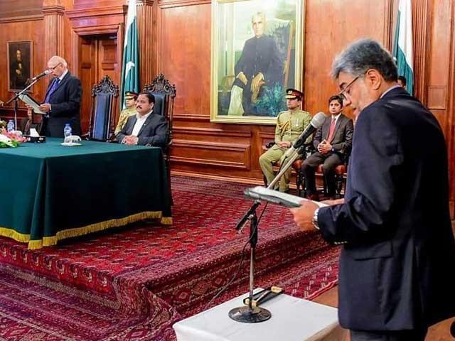 گورنر پنجاب چوہدری محمد سرور نے صمصام بخاری سے حلف لیا۔ فوٹو:سوشل میڈیا