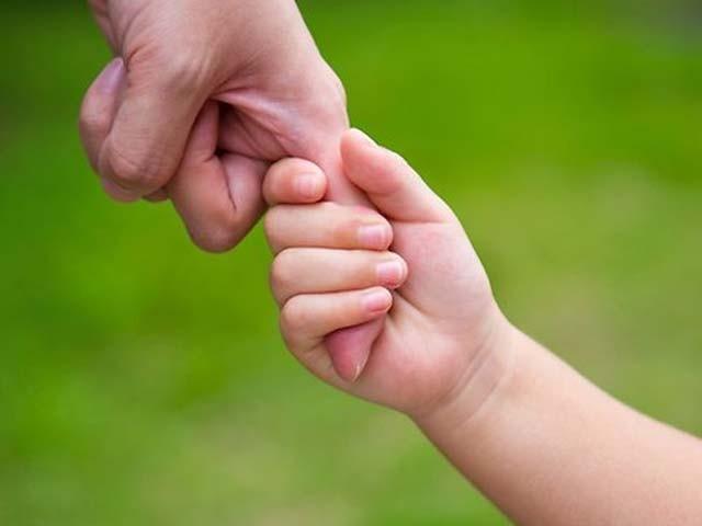 نیک اولادبچپن میں والدین کے لیے دل کا سُرور،جوانی میں آنکھوں کا نُور اور والدین کے بوڑھے ہوجانے پران کا سہارا بنتی ہے۔ فوٹو: فائل