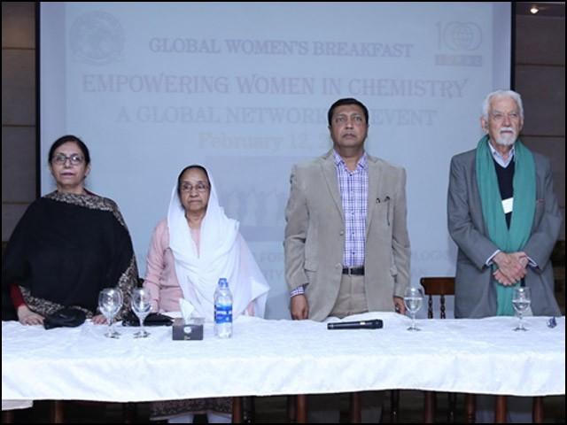 گلوبل ویمن بریک فاسٹ کے موقعے پر ڈاکٹر بینا شاہین صدیقی اور ڈاکٹر اقبال چوہدری، ایک گروپ فوٹو میں۔ (تصاویر بشکریہ آئی سی سی بی ایس)
