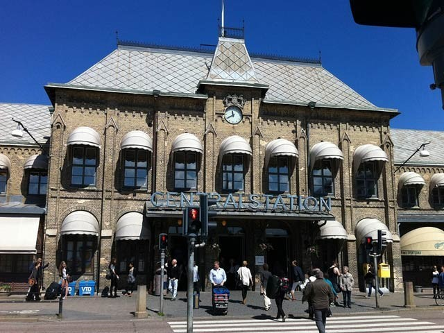 سویڈن میں ییتے بوری ریلوے اسٹیشن کا ایک منظر جہاں ملازم کو روشنی کھولنا اور بند کرنے کا کام کرنا ہوگا (فوٹو: فائل)