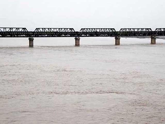 بھارت نے ستلج، بیاس اورراوی سے  5 لاکھ 30 ہزار ایکڑ فٹ پانی پاکستان جانے سے روک دیا ہے فوٹو: فائل
