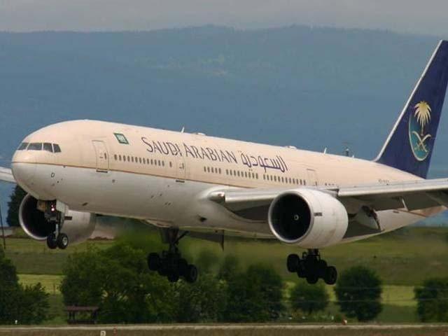 سعودی طیارے کو پرواز بھرتے ہی فوری ہنگامی لینڈنگ کرنا پڑی۔ فوٹو : فائل