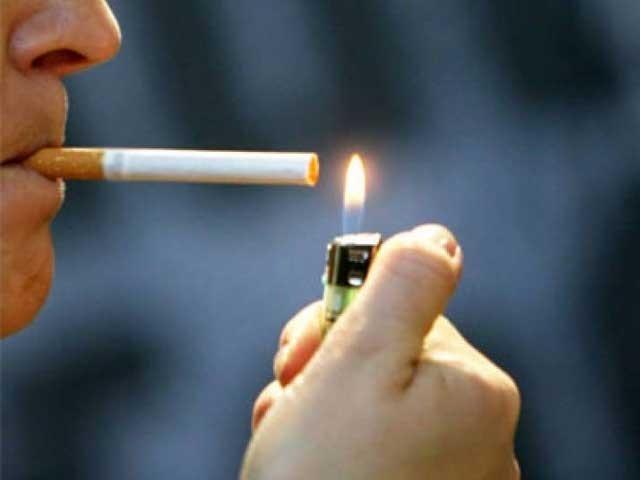 چین کی زرعی یونیورسٹی میں تمباکو کی کلاس میں طلبا و طالبات کو سگریٹ پینے کی اجازت دینے پر چینی عوام نے احتجاج کیا ہے۔ فوٹو: وائبو