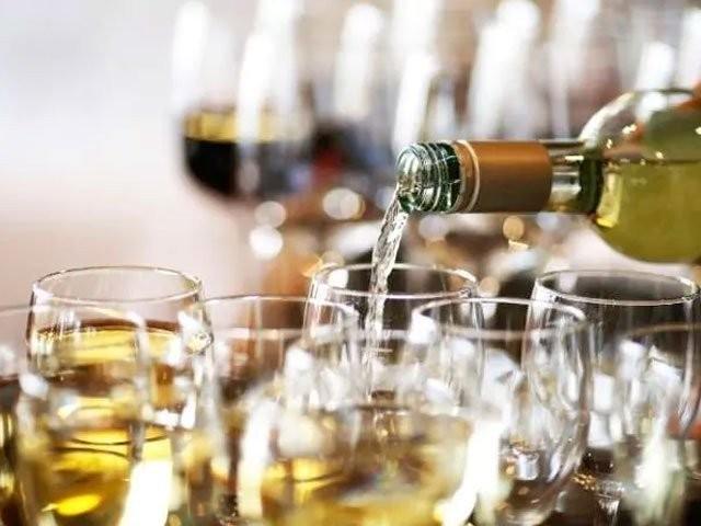 مذہب کے نام پر شراب کی فروخت کے خلاف درخواست پاکستان یونائٹیڈکرسچین موومنٹ اور سنٹر فاررول آف لا نے دائرکررکھی ہے، فوٹو؛ فائل