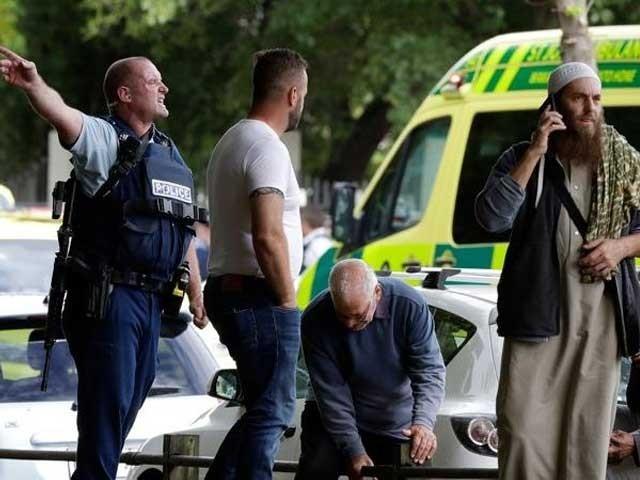 حملہ آور شخص کو گرفتار کرلیا ہے جس نے فوجی وردی پہن رکھی ہے، نیوزی لینڈ پولیس۔ فوٹو: سوشل میڈیا