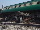 ریلوے ٹریک تباہ ہونے سے ٹرینوں کی آمدورفت معطل ہوگئی ہے فوٹو: ایکسپریس