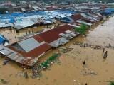 ہزاروں افراد سیلاب میں پھنس گئے جب کہ 100 سے زائد لاپتہ ہیں۔ فوٹو : اے ایف پی