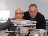 تصویر میں دائیں جانب ایکوائرس انجن کے مالک گیل فرائیڈمان اور ان کے ساتھ شول یعقوبی موجود ہیں جنہوں نے کار انجن میں انقلابی تبدیلیاں کی ہیں۔ فوٹو: ایکوائرس انجن ویب سائٹ