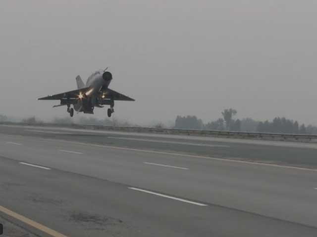 لینڈنگ کے بعد طیاروں کو موٹر وے پر ہی ایندھن فراہم اور ہتھیاروں سے لیس کیا گیا۔ فوٹو : اسکرین گریب