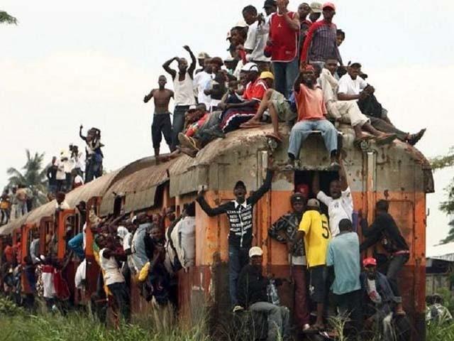 کانگو میں مال بردار ٹرین پر مفت میں سفر کرنے کا رجحان عام ہے۔ فوٹو : فائل