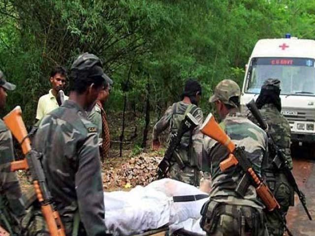 ہلاک ہونے والے اہل کاروں کی لاشوں کو اسپتال منتقل کیا جا رہا ہے (فوٹو : بھارتی میڈیا)