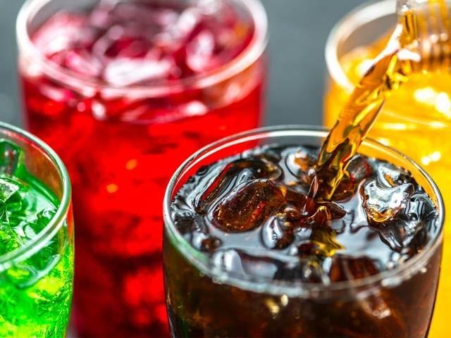 ایک لاکھ سے زائد افراد پر طویل سروے سے معلوم ہوا کہ روزانہ ایک یا دو سافٹ ڈرنک پینے سے زندگی کے کئی سال کم ہوسکتے ہیں (فوٹو: فائل)