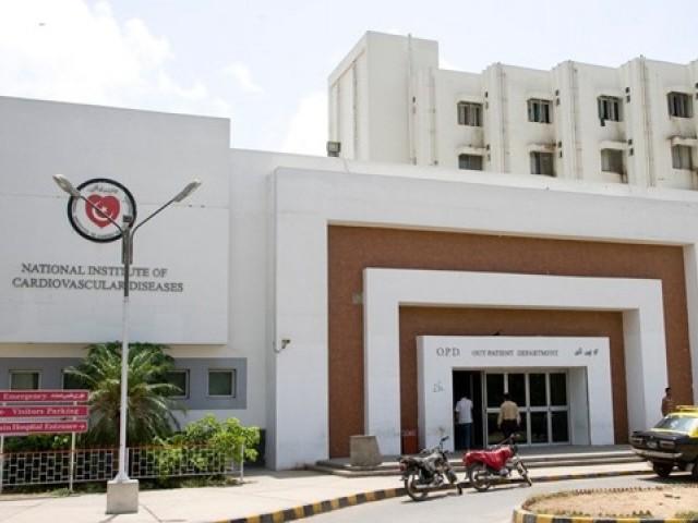 کراچی سمیت ملک بھراوردنیا بھرمیں ڈاکٹرزاپنے پیشہ وارانہ فرائض انجام دے رہے ہیں، پاکستانی ماہرین صحت۔ فوٹو: فائل