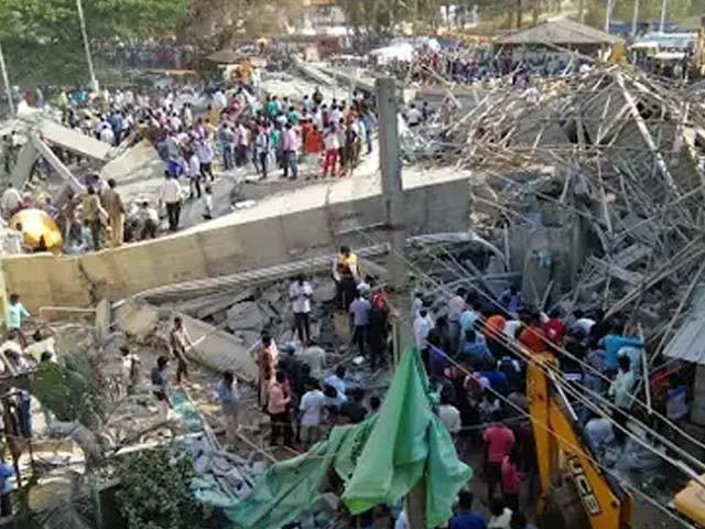 عمارت کے ملبے تلے اب بھی 40 افراد کے دبے ہونے کا خدشہ ہے (فوٹو : بھارتی میڈیا)