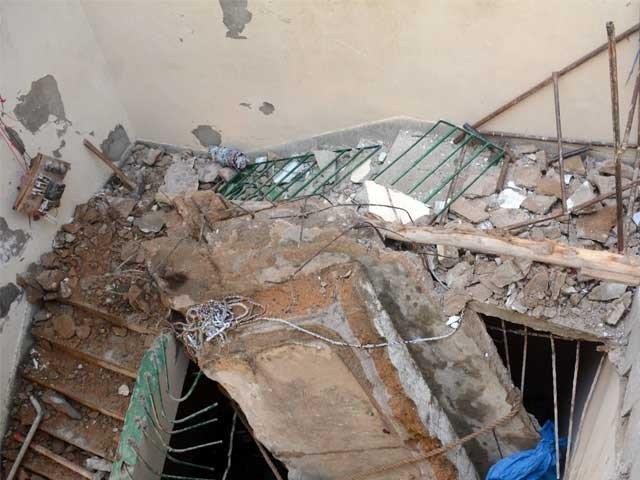 واقعہ کے بعد امدادی اہلکاروں نے لاشوں کو باہر نکالا اور اسپتال منتقل کیا۔ فوٹو : فائل