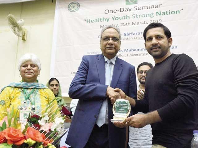 سیمینار سے ڈاکٹر اجمل خان، شہزاد رائے، ڈاکٹر نسرین اسلم اور ڈاکٹر عنیزہ نیاز کا اظہار خیال۔ فوٹو: فائل