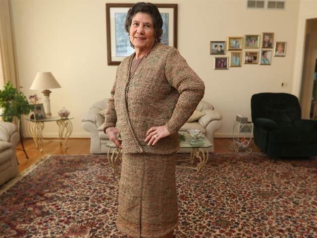 75 سالہ روسا فیرینو نے پلاسٹک کی سیکڑوں تھیلیوں کے ذریعے یہ لباس تیار کیا ہے (فوٹو: بشکریہ انسائیڈر)