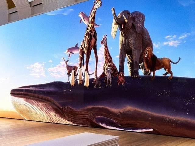 سونی کمپنی نے 63 فٹ چوڑا اور 17 فٹ اونچا 16 کے ٹی وی سیٹ نمائش کے لیے پیش کردیا ہے۔ فوٹو: بی بی سی