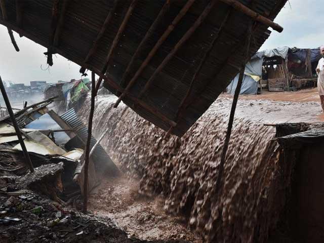 سیلابی اور بارشی پانی کو محفوظ کرنے کے ذخائر بنائے جن سے سیلاب کی روک تھام میں بھی مدد ملے گی فوٹو: فائل