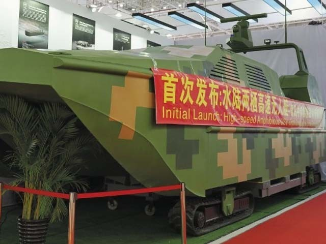 یہ کشتی پانی کے علاوہ زمین پر چلنے کی صلاحیت رکھتی ہے۔ فوٹو : چینی میڈیا