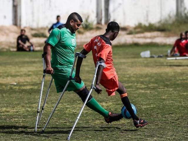 ٹورنامنٹ میں حصہ لینے والے فلسطینی نوجوان اسرائیلی فوج کی فائرنگ سے ایک ٹانگ سے محروم ہوئے تھے (فوٹو : اے ایف پی)