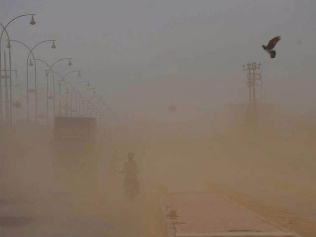 اندرون سندھ کے کچھ اضلاع سے منسلک ریتیلے اور میدانی علاقے کی مٹی اس ڈسٹ اسٹروم کا حصہ بنی، عبدالرشید (فوٹو: فائل)