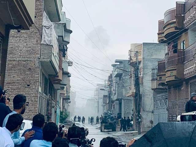 پولیس نے ایک مکان میں دہشت گردوں کی موجودگی کی اطلاع پر چھاپہ مارا تو مقابلہ شروع ہوگیا، وزیر اطلاعات شوکت یوسف زئی، فوٹو: ایکسپریس