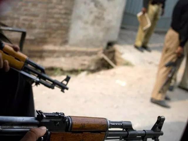 پولیس نے ایک مکان میں دہشت گردوں کی موجودگی کی اطلاع پر چھاپہ مارا تو مقابلہ شروع ہوگیا، وزیر اطلاعات شوکت یوسف زئی (فوٹو: فائل)