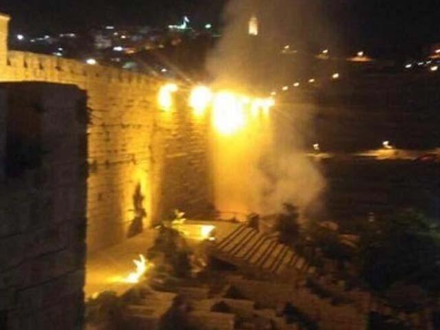 آتشزدگی مسلم عبادت گاہ المصلی المروانی کے ایک حصے میں لگی۔ فوٹو : ٹویٹر