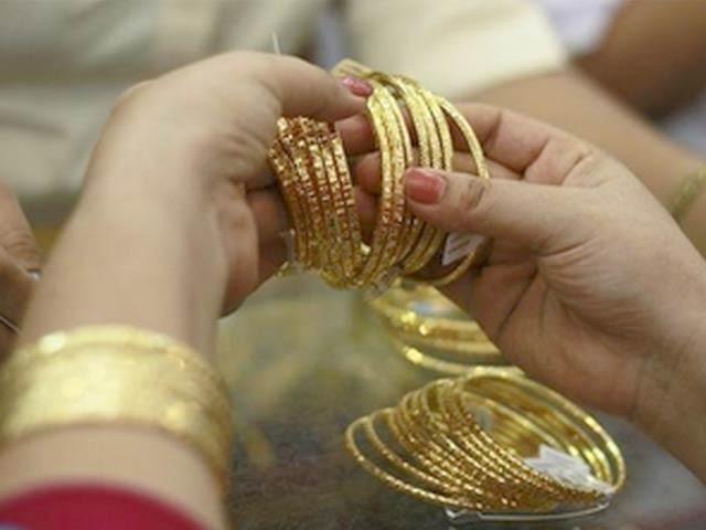فی تولہ اور دس گرام سونے کی قیمتوں میں بالترتیب 550 روپے اور 471 روپے کی کمی واقع ہوئی۔ فوٹو: فائل