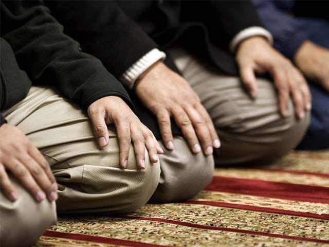 اللہ کا قُرب تلاش کیا جائے کہ زندگی کی معراج یہی ہے۔فوٹو : فائل