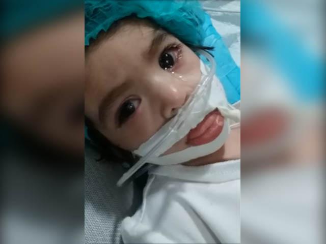 بچی کی حالت بہترنہیں ہوئی،ڈاکٹرز تسلی بخش جواب نہیں دے رہے، عوام دعاکریں، والد۔ فوٹو: فائل