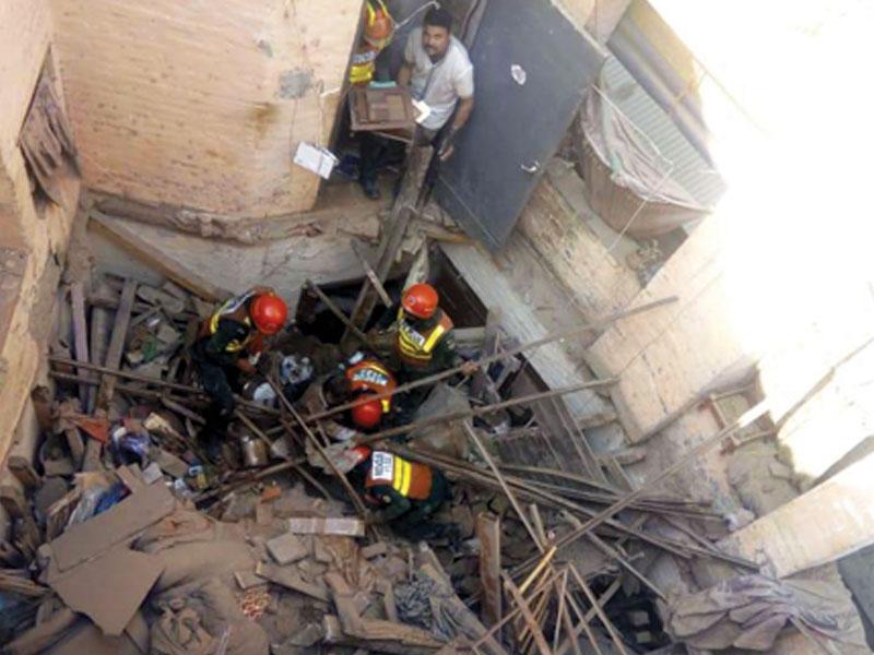 ریسکیو ٹیموں نے تمام زخمی افراد کو ملبے سے نکال کر اسپتال منتقل کیا۔ فوٹو: ایکسپریس