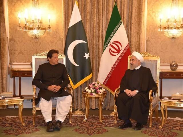 صدارتی محل پہنچنے پر ایرانی صدر نے وزیراعظم کا استقبال کیا۔