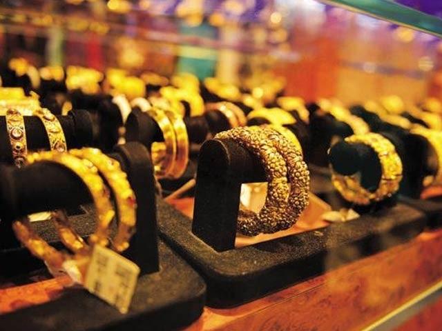 بین الاقوامی بلین مارکیٹ میں فی اونس سونے کی قیمت8 ڈالر کی کمی سے 1272 ڈالرہوگئی۔ (فوٹو: فائل)