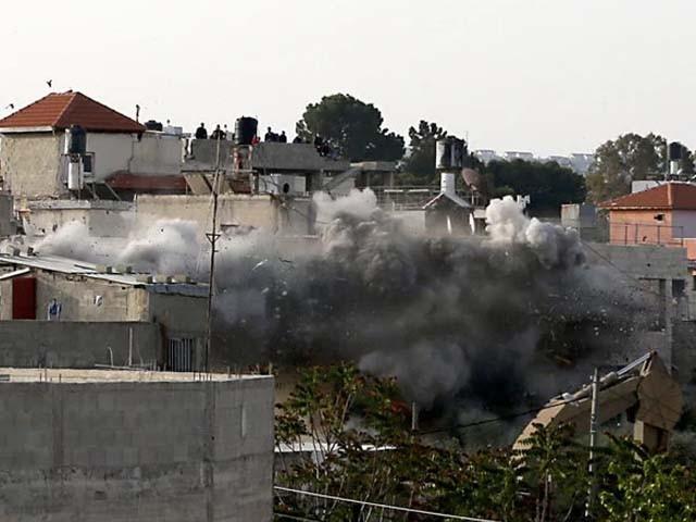 فلسطینی نوجوان کو پہلے ہی گھر گھر تلاشی کے دوران شہید کردیا گیا تھا۔ فوٹو : الجزیرہ