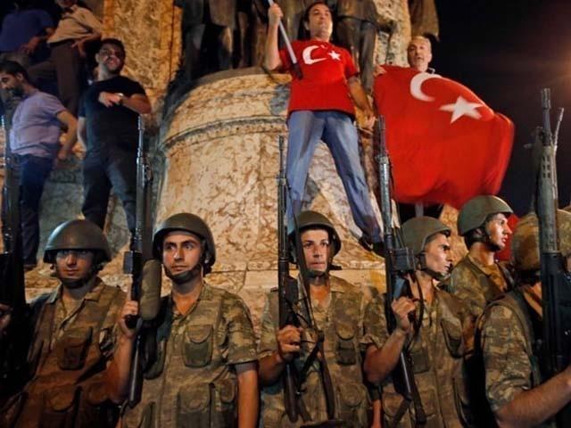 جلاوطن لیڈر فتح اللہ گولن سے روابط رکھنے اور سازش کے جرم میں گرفتار کیا گیا۔ فوٹو : فائل