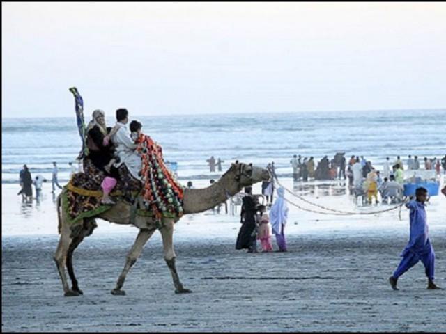 کراچی کی دو چیزیں ہمیشہ بہت مشہور رہی ہیں، ایک کھارے پانی کا سمندر اور دوسرا انسانوں کا سمندر۔(تصویر:فائل)