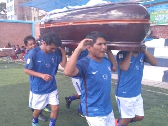 پیرو میں ہر سال کھیل کا ایک مقابلہ منعقد ہوتا ہے جس میں فاتحین کو قیمتی تابوت کا تحفہ دیا جاتا ہے۔ فوٹو: اوڈٹی سینٹرل