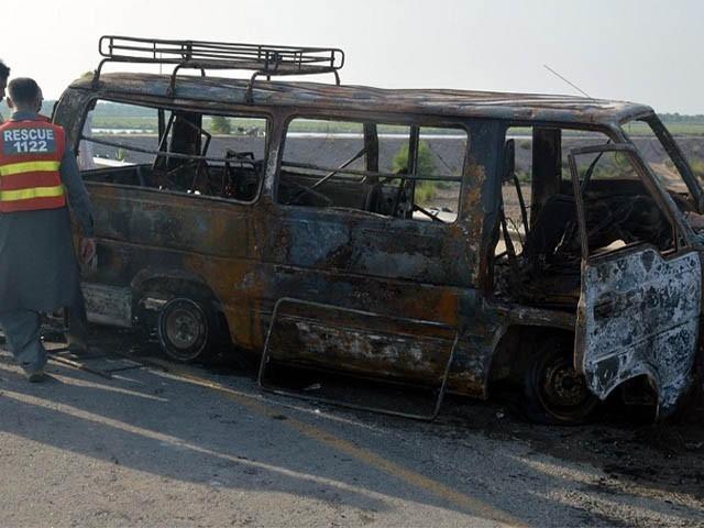 مسافروں کی لاشیں جل گئیں جس کے باعث ان کی شناخت ممکن نہیں رہی، ڈپٹی کمشنر (فوٹو: فائل)