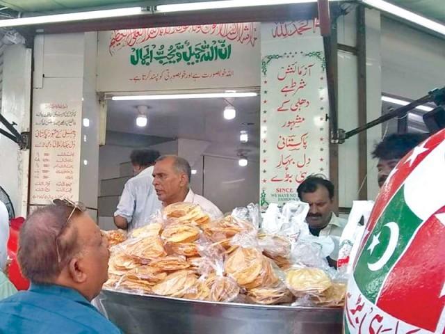 60 سال سے پاکستانی پرچموں سے مزین مٹکوں میں دہی بڑے فروخت کیے جاتے ہیں۔ فوٹو: ایکسپریس
