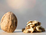 امریکی ماہرین نے ایک چھوٹی سی تحقیق کے بعد کہا ہے کہ اخروٹ کھانے سے بلڈ پریشر کی سطح کو صحتمند حد پر رکھا جاسکتا ہے۔ فوٹو: فائل