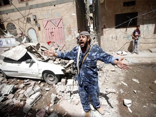 اس فضائی بمباری میں متعدد گھر بھی تباہ  ہوئے ہیں، فوٹو: روئٹرز