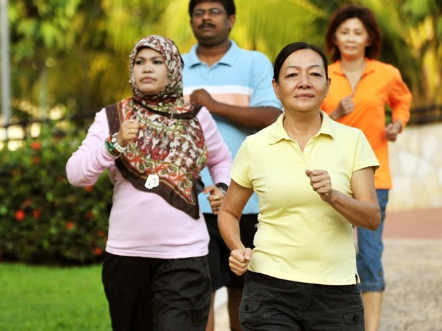 جن افراد کو تیز قدم چلنے کی عادت ہوتی ہے وہ دیگر لوگوں کے مقابلے میں طویل عمر پاتے ہیں۔ (فوٹو: انٹرنیٹ)